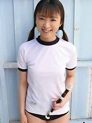 Emiru likes modeling her school mini