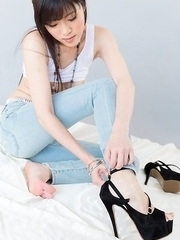 Sara Yurikawa takes off her tight-fitting jeans and sexy high heels to pose totally nude